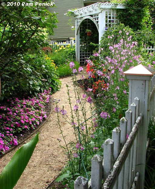 8 Small Gardens That Will Inspire You In Any Season: Simple Details: Inspiring Outdoor Ideas
