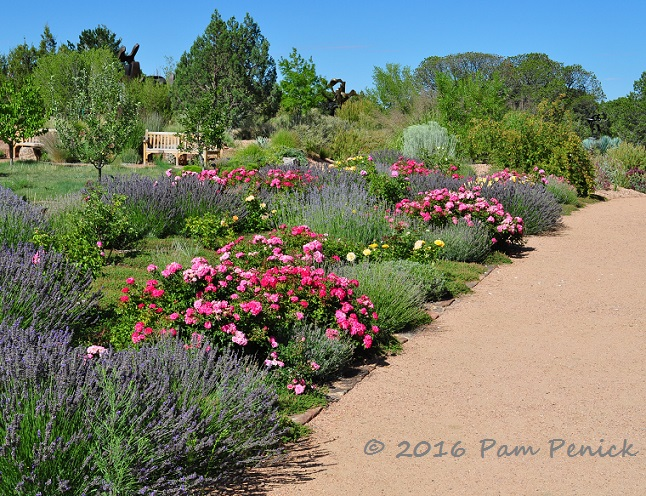 Exceptionnel Although The Terrain Is High Desert (Santa Feu0027s Elevation Is 7,199 Feet),  The Sun Washed Garden Appears Surprisingly Lush With Roses, Lavender,  Switchgrass, ...